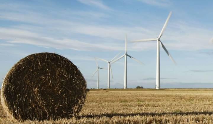Immagine articolo: Fino a gennaio 2018 contributi per finanziare impianti eolici e fotovoltaici in Sicilia. Fondo perduto del 75%